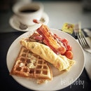Breakfast wafer, omelette, bacon, cherry tomatoes .