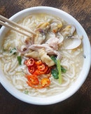 Heng Hua Style Lor Mee ($5) Old school rickshaw handmade translucent noodles braised in a rich white pork broth with hearty ingredients such as squid, clams, lean pork, beancurd and vegetables.