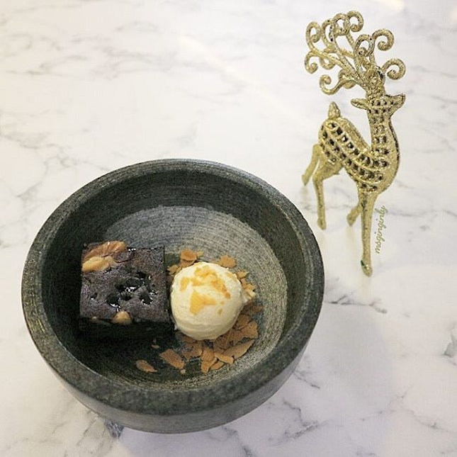 Soft and warm double chocolate brownie married with sweet and cold fig & honey ice cream.
