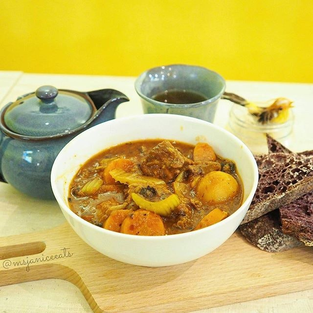 Red Wine Beef Stew (S$13.90) | Tea (+S$2.00) 🍷 This flavourful stew is luscious and brimming with generous chunks of beef, potato, carrot and celery.  Definitely a wholesome and hearty meal at its best!