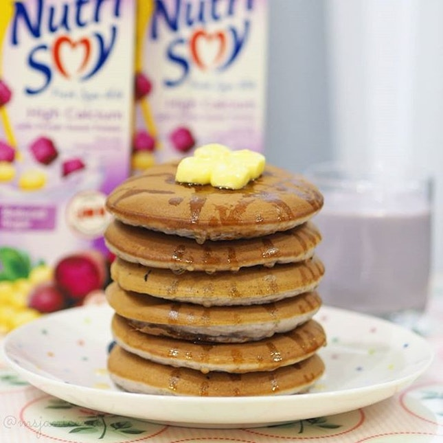 💜 F&N NutriSoy ~ High Calcium Reduced Sugar Fresh Soya Milk with Purple Sweet Potato 💜  Adding some natural sweetness and colour to my homemade pancakes using 𝐅&𝐍 𝐍𝐮𝐭𝐫𝐢𝐒𝐨𝐲 𝐇𝐢𝐠𝐡 𝐂𝐚𝐥𝐜𝐢𝐮𝐦 𝐑𝐞𝐝𝐮𝐜𝐞𝐝 𝐒𝐮𝐠𝐚𝐫 𝐅𝐫𝐞𝐬𝐡 𝐒𝐨𝐲𝐚 𝐌𝐢𝐥𝐤 𝐰𝐢𝐭𝐡 𝐏𝐮𝐫𝐩𝐥𝐞 𝐒𝐰𝐞𝐞𝐭 𝐏𝐨𝐭𝐚𝐭𝐨, which is calcium-rich, cholesterol free, low in Glycaemic Index (GI), lower in sugar and trans fat free.