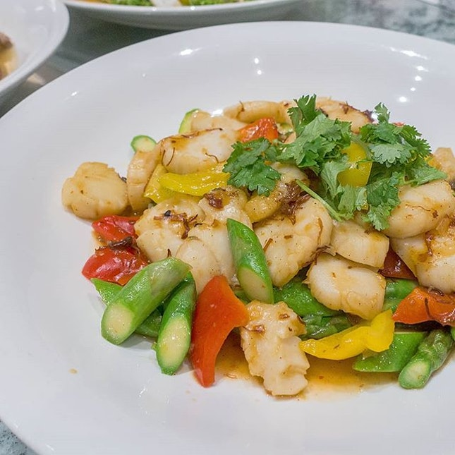 Wok-fried Asparagus with Pearl Scallop in XO Sauce, one of the many delectable dishes in @swissotelmerchantcourt Prosperity Set Meals that start from $788++ per table of 10 diners #swissotelmerchantcourt #ellenboroughmarketcafe #cny2018 #instafood #foodstagram #sharefood #foodspotting #sgfood #sgfoodie #whatiate #whatiatetoday #yummers #burpple #hungrygowhere #foodpic #lifeisdeliciousinsingapore #eatoutsg #sgeats #fooddiaries #onthetable #foodphotography #fatdieme #instagramsg #sgig #igsg #sgblog #sgblogger