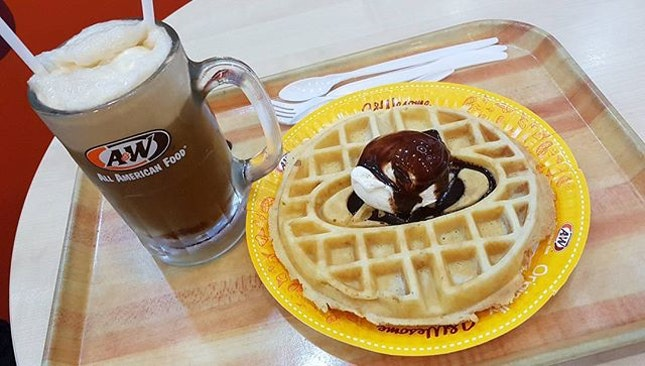 Fattening teabreak: A&W #igdaily #igfoodie #igfood #bukitindah #burpple #johor #malaysia  #food #foodie #foodporn #1daytrip #travellust #travelling