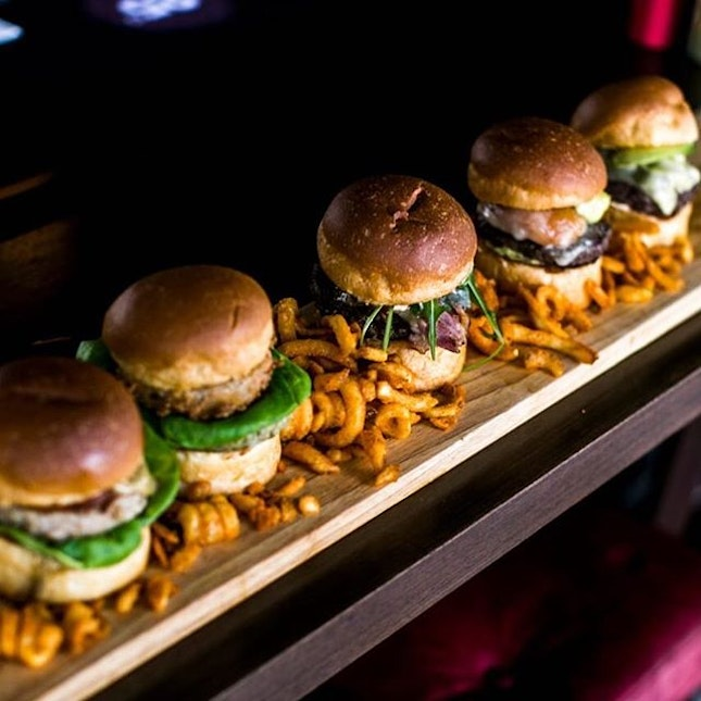 In conjunction of World Cup 2018 @worldcuprussiafifa 25 Degree @25degreesinsingapore at @hotelgsingapore has introduced the World Cup 1-Meter Burger Board which consists of all four of our signature burgers + one Turkey Burger.