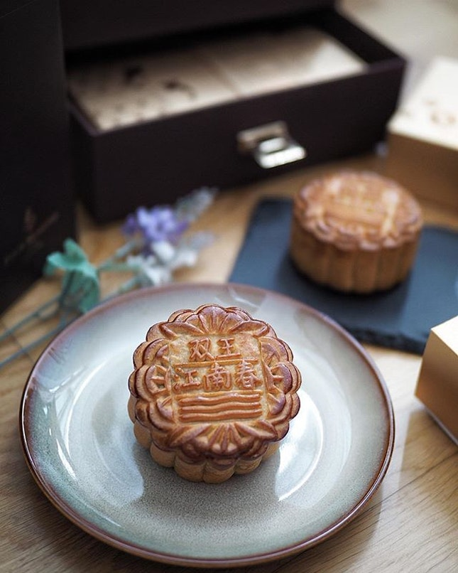 @fssingapore Exquisite Mooncake selection from Four Seasons Hotel Singapore features traditional favorites and snowskin mooncakes by award-wining Jiang-Nan Chun.