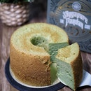 @oldsengchoong collaborates with talented chiffon cake expert @susanne.decochiffon to create The Singapore Pandan Chiffom Cake that's soft, fluffy, moist and fragrant.
