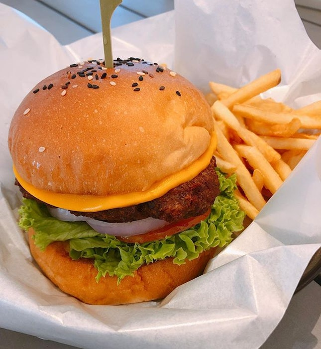 Boufe Boutique Cafe  Location 🗺: 308 Tanglin Road #01-01 Phoenix Park  MRT 🚇: Queenstown / Redhill  Opening Hours 🕒: 9AM - 8PM  Rating 📈: 8/10  Price 💸: $18++ (Impossible Burger), $6.50++ (Iced Rose Latte)  Review 💬: Second time trying a vegan burger and this time, I wasn't utterly disappointed.