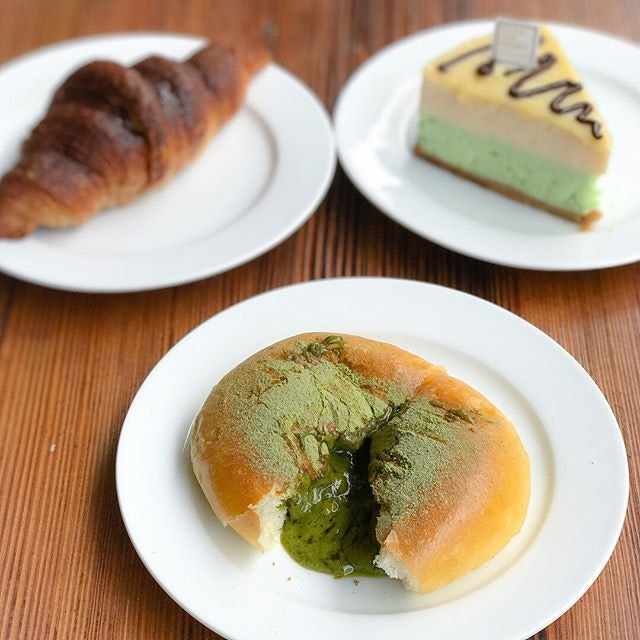 Cutie green egg bun [$2.80] A soft, fluffy sweet bun filled with matcha salted egg lava that oozes out gradually albeit progressively 💚 (swipe to the end to view the video).