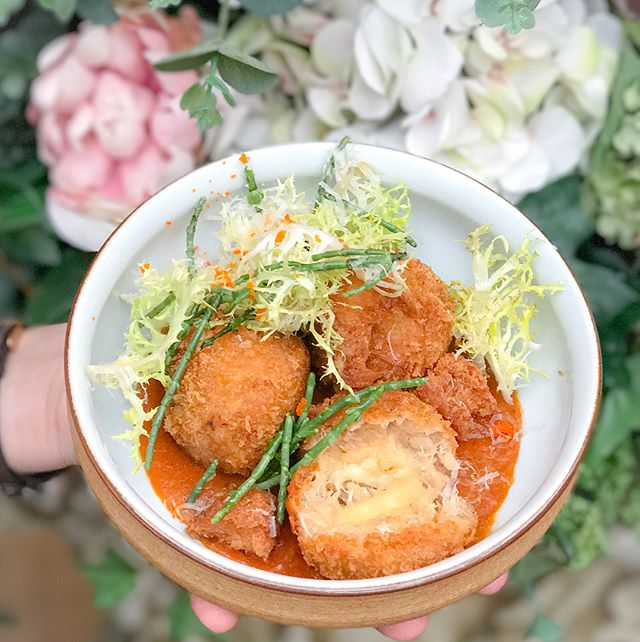 Chilli crab arancini [$16++] Served in pieces of 3, these breaded deep fried risotto balls are nestled comfortably on a shallow albeit substantial pool of chilli crab sauce, served with deep fried Chinese buns (aka 馒头) and topped with sea asaparagus salad.