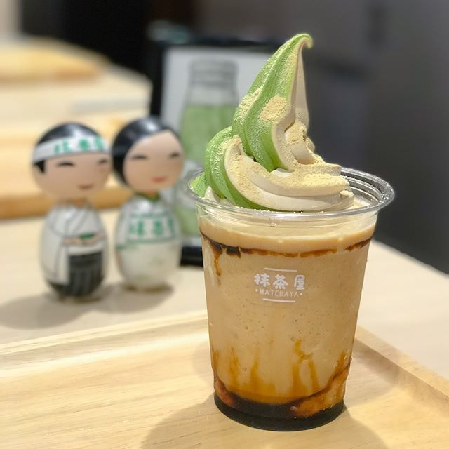 Kinako kuromitsu ice blended [$8] A seasonal special item that comes with kuromitsu espuma by default, but I had requested for a change to a float with dual softserve instead 💖.