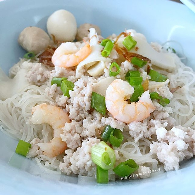 [jelly星期五] A simple bowl of rice vermicelli (beehoon) with minced pork, small prawns, fishcake slices, fishball and porkballs.