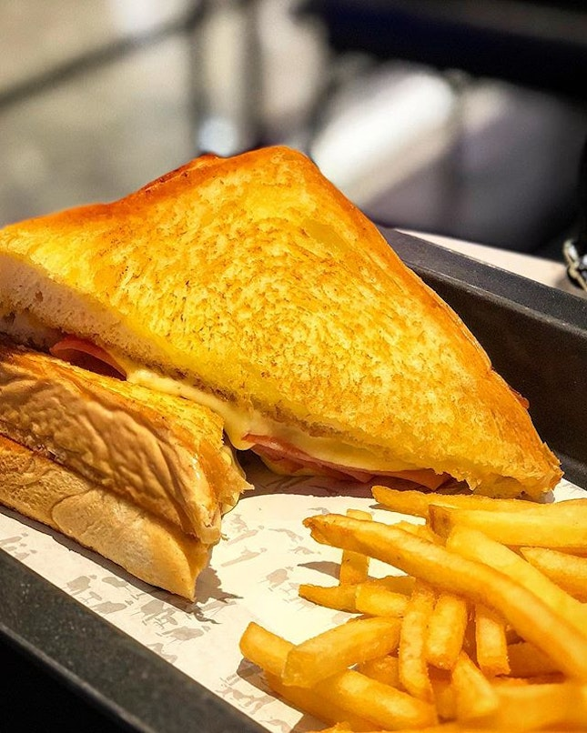 Can never resist a crispy golden brown ham & cheese sandwich 😋 For these, my lactose intolerant tummy will try just zip it.