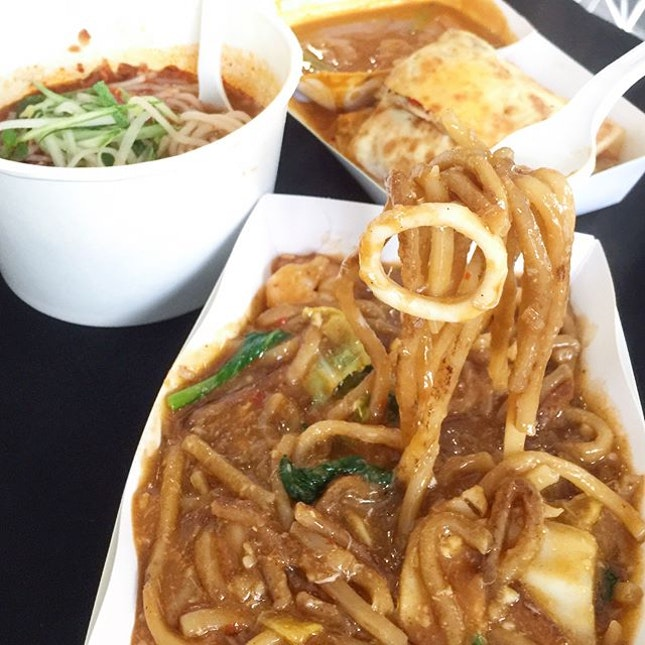 One Farrer Food Street • We got ourselves the Seafood Chili Crab Noodles, Assam Laksa, Murtabak with curry & Ice Kachang!