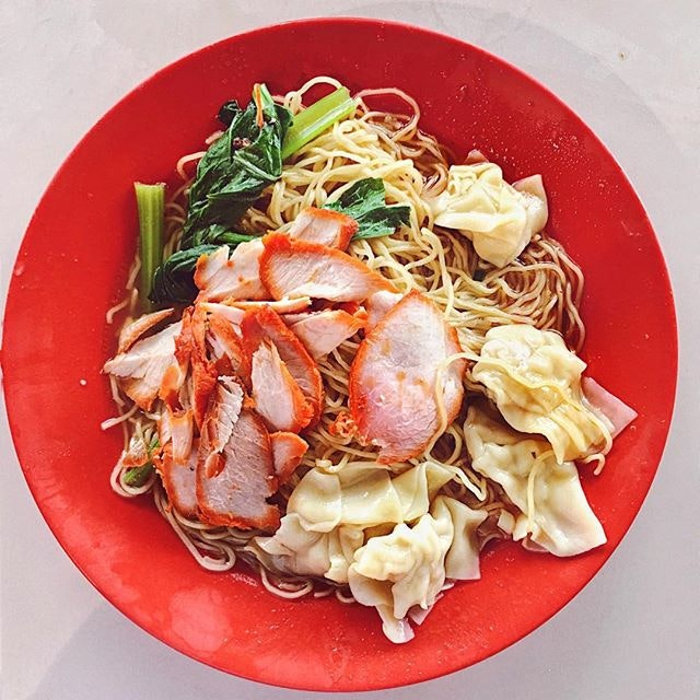 old school wonton mee that's not the best nor most famous in SG but propels one into childhood for the rustic taste after biting into the al-dente noodles • comes topped with loads of char siew with 5 wontons in a soya based gravy infused with chinese wine ❤️ •  #awesome #burpple #brunch #chinesefood #delicious #eeeeeats #feedfeed #f52grams #foodporn #foodstagram #foodgasm #foodphotography #happytummy #hawkerfood #instadaily #instafood #igers #igsg #jiaklocal #nomnomnom #noodles #mondayeats #onthetable #potd #sgfood #sgfood #sghawker #wontonnoodles #vscocam #whati8today