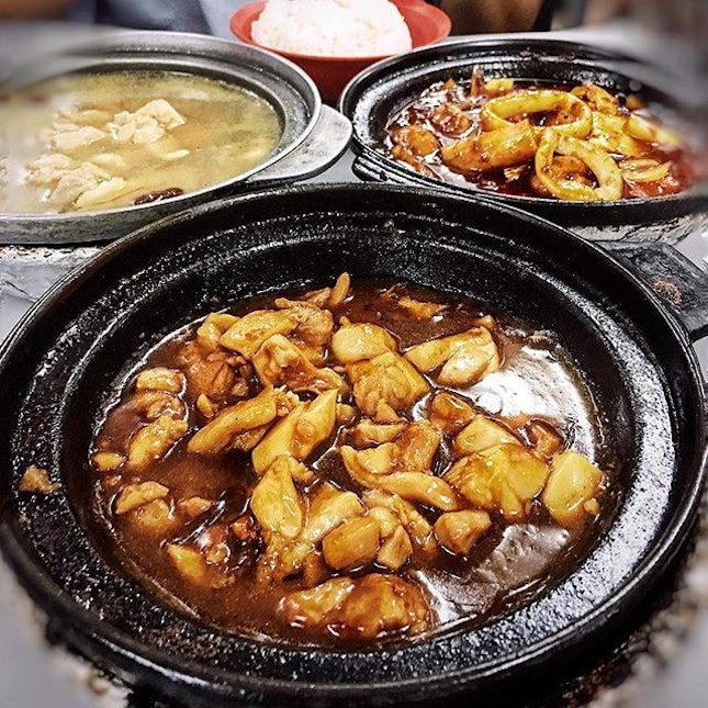 one of the best claypot sesame chicken at pocket friendly prices in the midst of the neighbourhood • love the tender chicken cubes and sauce drenched over a bowl of piping white rice.