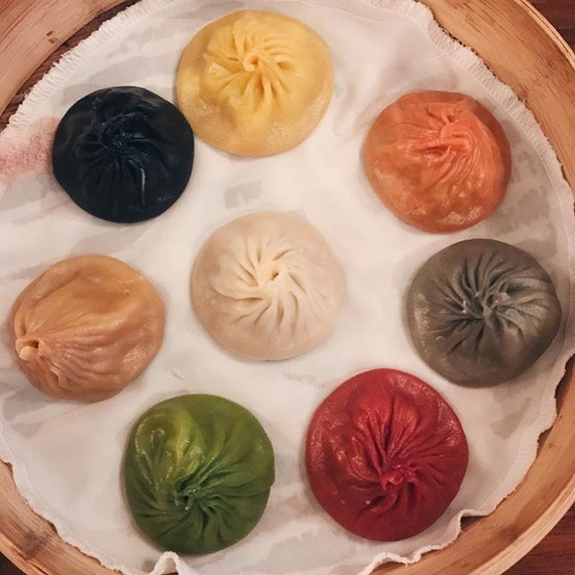 multicolored xlb that had both hits and misses ~~~ the 8 flavours are original, garlic, ginseng, foie gras, truffle, cheese, crab roe and szechuan.