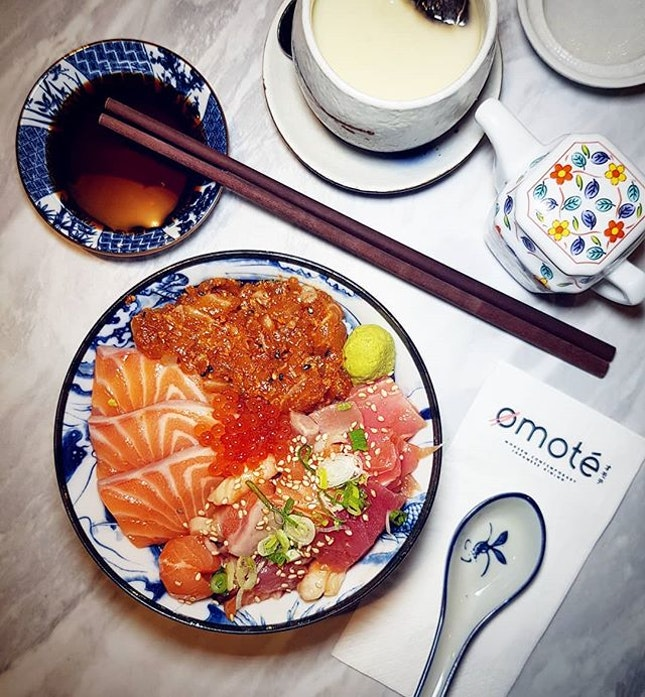 #Sushiro has rebranded as @omotesingapore & shifted to a bigger location in Thomson Plaza 🐻  The restaurant is much more spacious & even has private dining rooms, unlike its previous location which can be quite squeezy 👍  Had the Sanshoku Omote Chirashi Don - salmon sashimi, marinated diced seafood & spicy salmon tartare with rice.