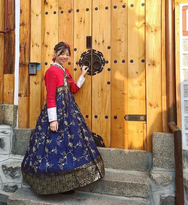 回眸一望 A look back, as we traipsed down the ancient streets of Bukchon Hanok in our traditional Korean hanboks.