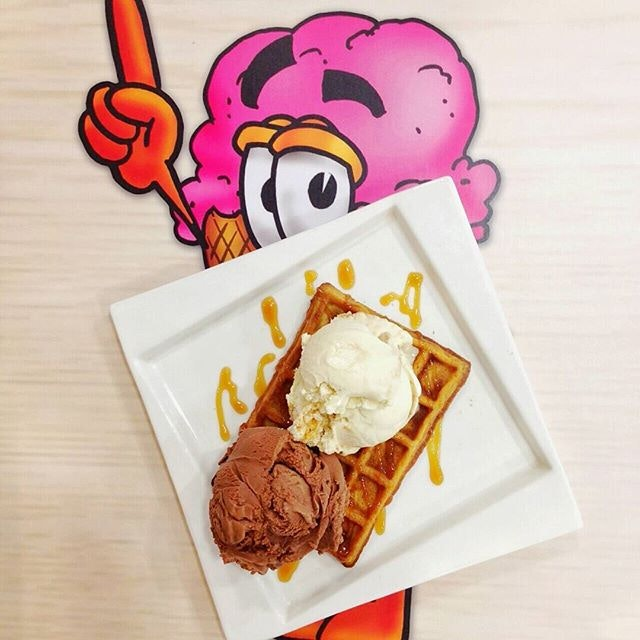 I can't get enough of sweet treats🍦Bing bing ice cream gallery's signature crispy waffle w belgian chocolate & caramel biscuit🍴  Sadly, the waffle is too crispy for my liking but their premium ice cream is way too good.