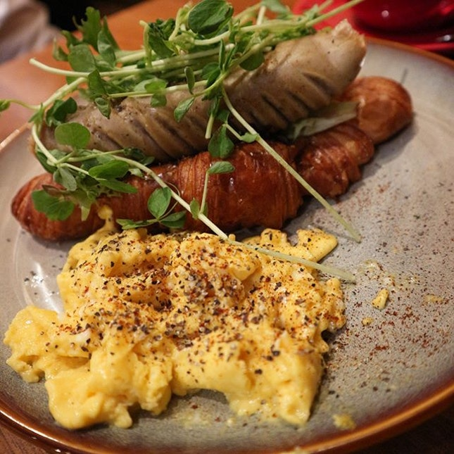 Sunday brunch with croissant sausage and scrambled eggs and a BIG flat white ($25) @craftsmenspecialtycoffee..