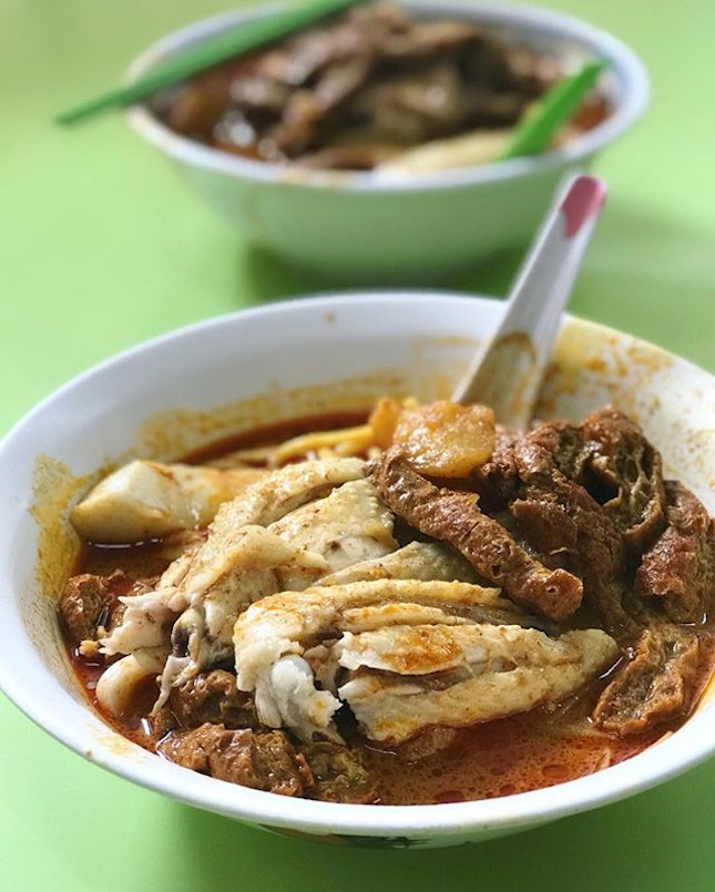 2 Heng's curry chicken mee under 1 roof at HLFC, both commands a long queue.