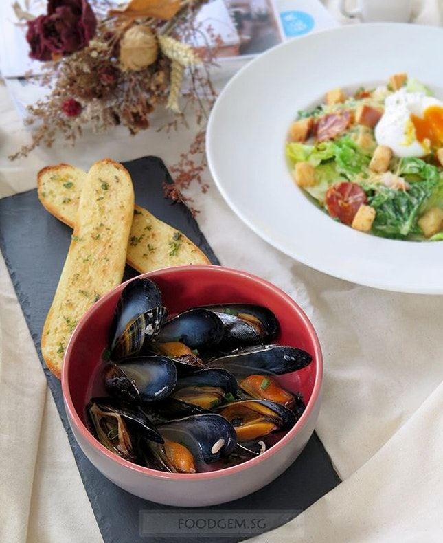 150g air-flown scottish mussels tossed in sake mussels and served with garlic bread.