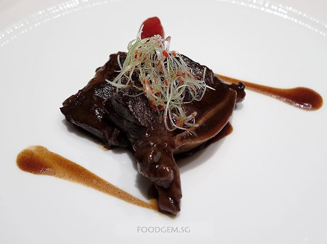 The Western beef short ribs are infused with assorted Chinese spices (star anise, cinnamon, bay leaf, bean sauce and fermented bean curd sauce) and slow cooked for 4 hours.