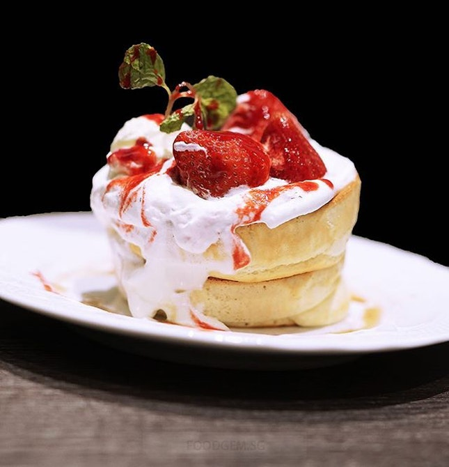 These light and fluffy pancakes is good with seasonal strawberry.