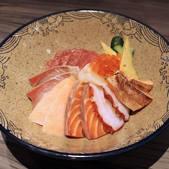 If we can only choose one thing to eat there, it will be none other than their Chirashi Don or Bara Chirashi Don.