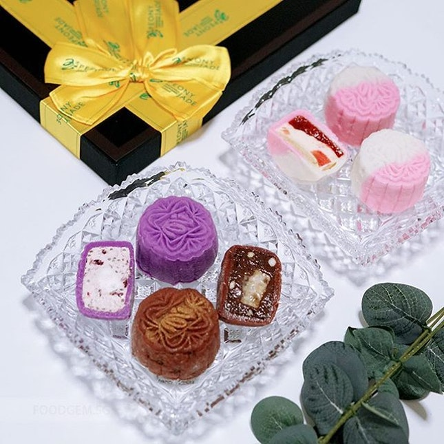 These dessert-like mini snowskin mooncakes comes in three unique flavours including La Vie En Rose, Berrylicious and Banoffee.