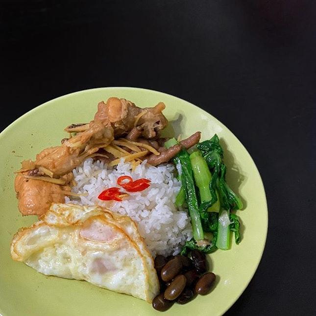 Never get bored of homecook food 😋 Sesame chicken, stir-fry vegetables, fried egg and black bean pork rib soup.