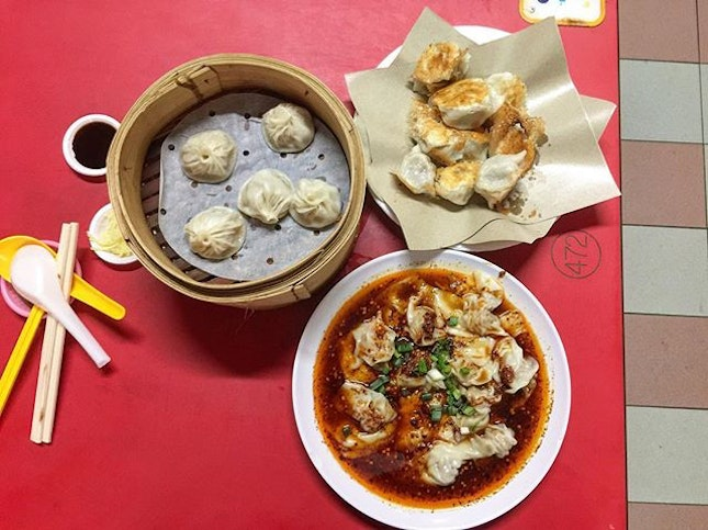 All time favorite comfort food still young  cheap and affordable only sad thing is the queue get longer and longer year by year  Personal rating: 4/5 Shop : Zhong Guo La Mian Xiao Long Bao (中国拉面小笼包) Address: 335 Smith street 02-135 (S)050335 Chinatown complex market & food centre Opening: 11.30am - 3pm & 5pm - 8.30pm Note: close on Monday & Tuesday * * * #foodporn #foodhunter #foodlover #foodpic #food #foodie #foodgasm #foodhunt #igsg #tasty #foodstagram #foodpics #buzzfeast #foodphotography #instafood #foodisfuel #foodshare #foodstyling #foodblogger #eeeeeats #whati8today #burpple #sgfood #f52grams #singapore #xiaolongbao #chinatown #comfortfood #market #dumplings