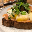 Smoked Salmon Benedict Without Hollandaise