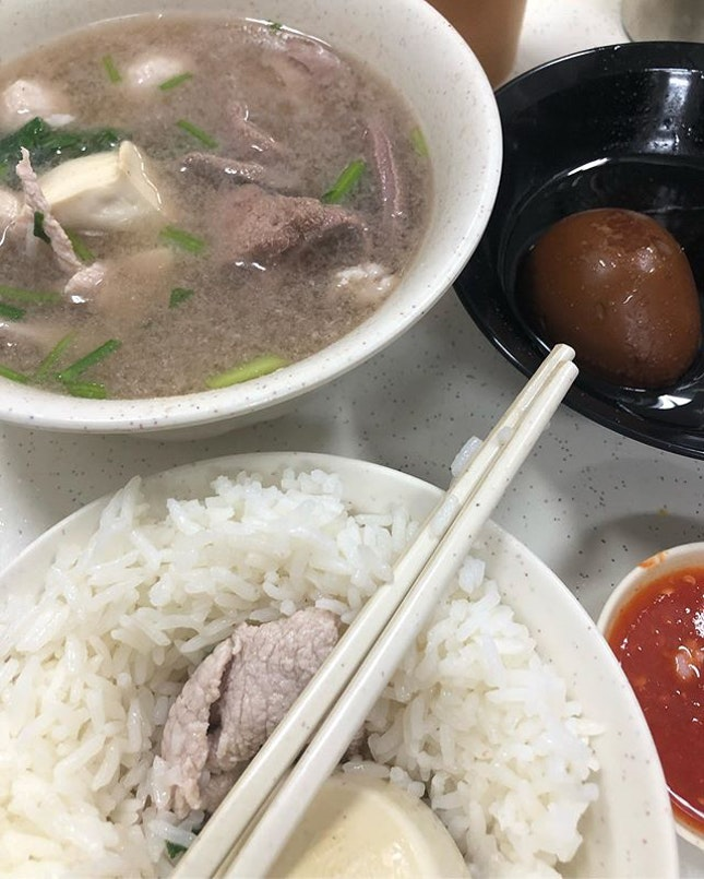 When it's rainy & you don't want no nothing other than some kinda souppp ✋🏼☝🏼🍲🍲🍲 🍲 Pig Organ Soup 🍲🐖🐖🐖 will do 😌👍🏼 👐🏼 Small $4.20 🤲🏼 Big $6.20 ☑️The mix bowl has a variety of ingredients: liver, belly, kidney, pork balls, picked vegetables, lean meat, all things 🐷✨ 🤰🏻StayBellyKozy tis rainyyy wehhhdderrr ☔️🌧💙💘 #猪杂汤 #猪杂汤饭 #chengmuncheekee #chengmuncheekeepigorgansoup #chengmuncheekeepigorgansoup正文志记