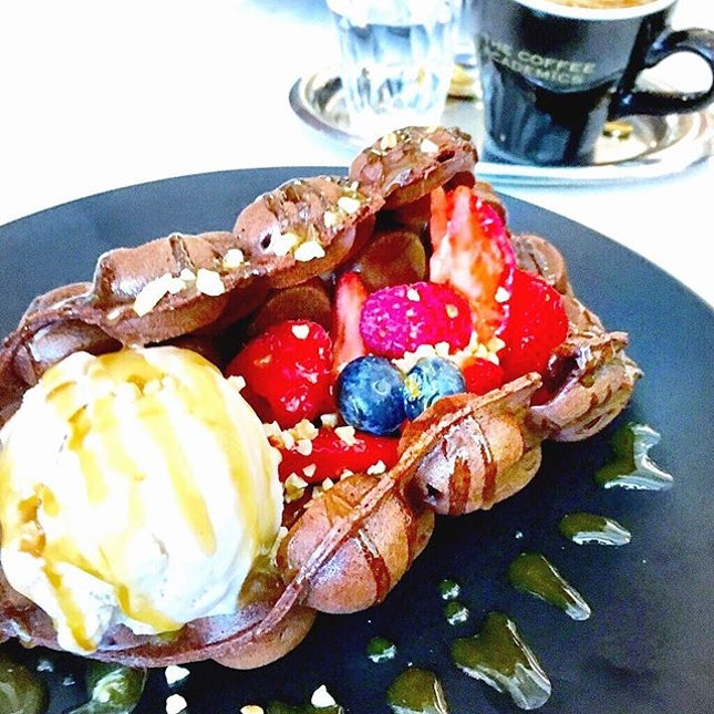Hong Kong style 🍫 egglet waffle with berries!