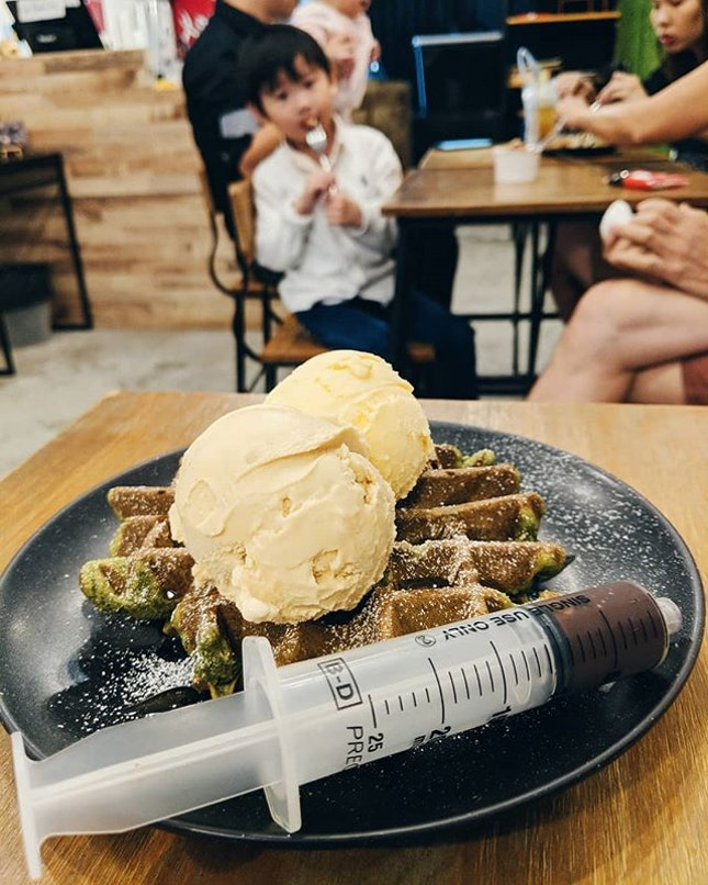 Delicious waffle with ice cream 😋 Syringe chocolate sauce for 👨🏻🔬 Cosy place to enjoy the food!