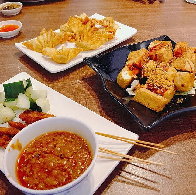 Vegetarian Dinner with family yesterday  #veryengandfamily #engfamily #melfclar #zhenyiveggieplace #vegetarian #sgvegetarian #dinner #angmokio