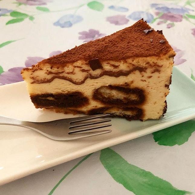 Tiramisu and Juicy Mango Cheesecakes from @catandthefiddlecakes at @westgatesg!
