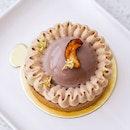 Caramel cashew nut tart - roasted cashew nuts in caramel and crunchy milk chocolate.