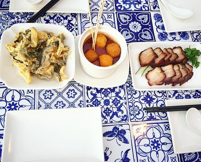 love the blue white tiled table :D love the food too.