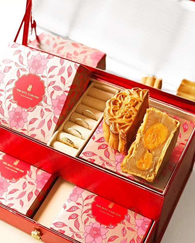 Feeling all rich with this pretty jewelery box filled with White Lotus Seed Paste with Double Yolk mooncakes from @RitzCarltonMilleniaSingapore ・ #Burpple #FoodieGohPromenade ・ ・ ・ ・ ・ #instadailyphoto #photooftheday #followme #picoftheday #follow #instadaily #food #yummy #foodstagram #foodgasm #sgfoodies #sgfoodie #dailyinsta #foodsg #singaporefood #whati8today #sgfoodporn #eatoutsg #8dayseat #singaporeinsiders #singaporeeats #sgfoodtrend #sgigfoodie #mooncake2018 #mooncakesg #foodinsing