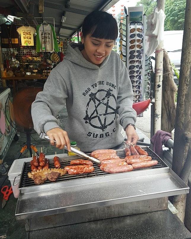 在太魯閣入口有漂亮的原住民姐姐賣好吃的豬肉香腸噢👍三只一百~ 人家才比我大一歲耶😅