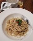Aglio olio with freshly made mushroom soup & garlic bread 😍💓 .