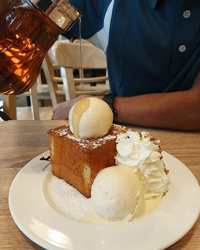 Can't leave Bangkok without having my Shibuya Honey Toast 🍯😍 Tried their boba caramel cream tea too, pretty overpriced at THB125 (S$5.40) but it had a good earl grey milk tea base👍🏻😋 .