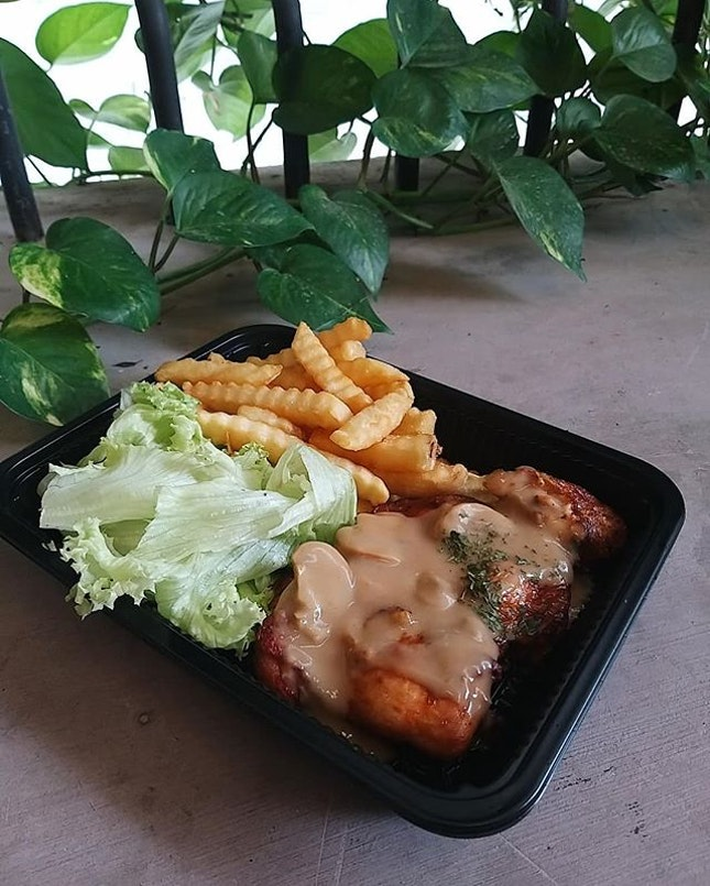 On lazy (most of the) days, I just wanna have a fuss-free (no brainwork involved) meal near my lesson venue (minimal walking)😌 在文學院附近解決一頓飯的不二地點,每週都至少吃上一次~ 不挑剔的話食物還不錯,方便就好惹。 // 獻上HIVE特輯,根據當天心情和胃口而定的週二午餐們。 Grilled Chicken x #AglioOlio x Carbonara x Pan Fried Dory Fish 🌸  #泡在方塊裡的小確幸