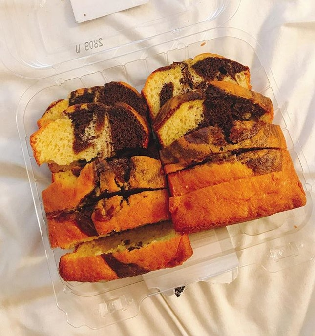 Enticed by the look of this box of marble cake slices but nah they taste like chemicals 🤷🏻♀️