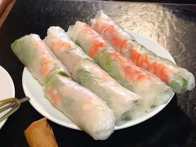 •Goi Cuon•Rice Spring Roll• 😋🌯🥗🍤👍🏻 Rice spring roll-rice paper wrapped with bundles of shrimp, pork, rice noodle, lettuce and fresh mint, served with homemade chilli sauce.