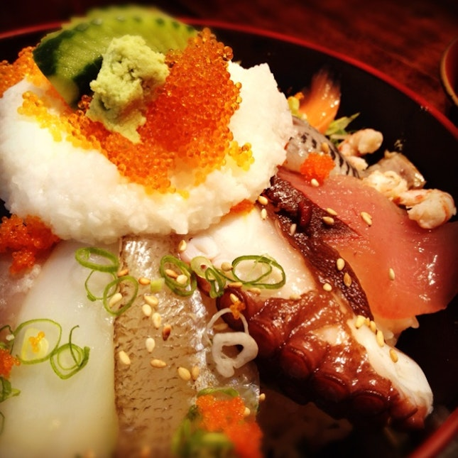 海鮮丼 Bowl of rice topped with sashimi