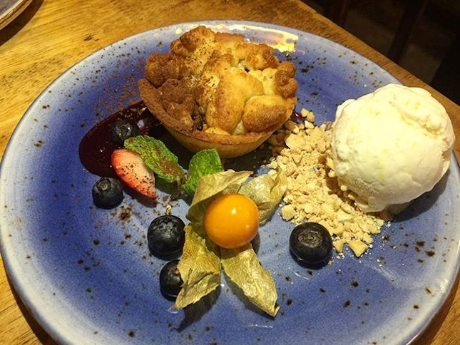 Peach Crumble Tart with red wine gelee and jackfruit ice-cream 💋 .