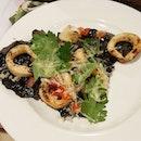 #longtimenoeat this #squidink #seafood  #pizza from #skinnypizza @skinnypizza_sg #squid #prawns #squidinkpizza  #asianfoodporn #asianfoodie #sgfoodie #foodporn #foodiewhore #instafood #igsg #igsgfood #sgig #likeforlike #like4like #burpple